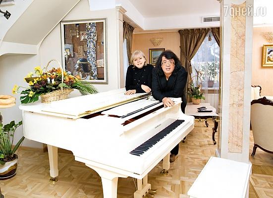 foto-taisiya-povaliy-userdtstvenno-igraet-na-akkordeone
